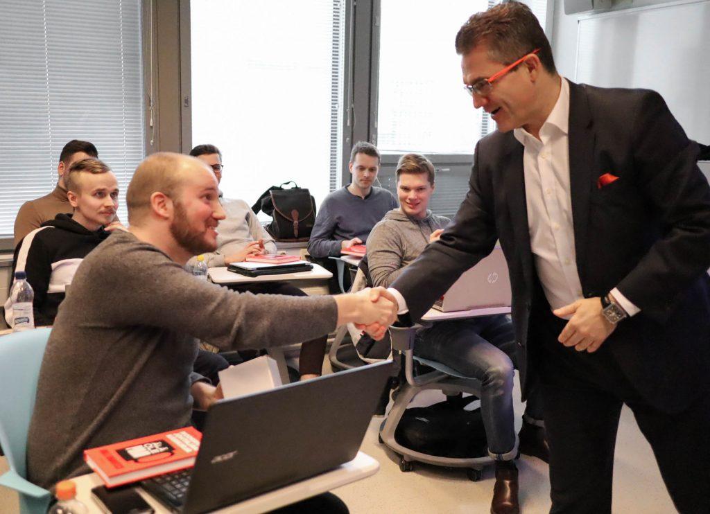 Mika D. Rubanovitsch kättelee opiskelijoita